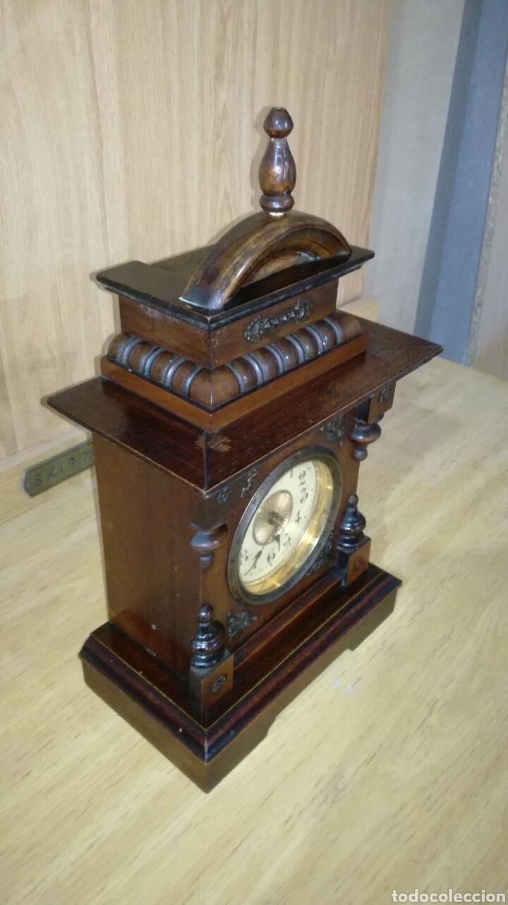 Relojes de carga manual: Reloj despertador de mesa con caja de nogal funcionando - Foto 2 - 145619525