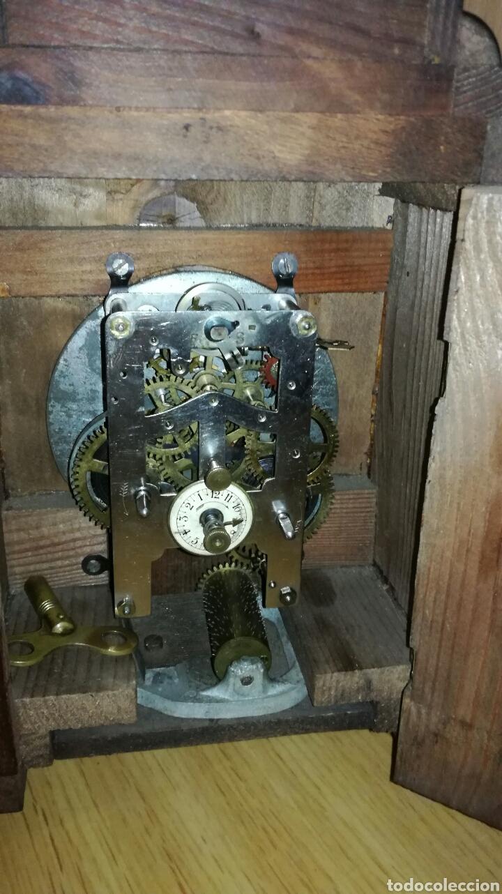 Relojes de carga manual: Reloj despertador de mesa con caja de nogal funcionando - Foto 5 - 145619525