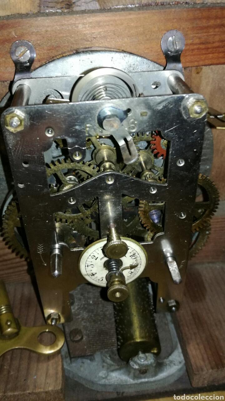 Relojes de carga manual: Reloj despertador de mesa con caja de nogal funcionando - Foto 6 - 145619525