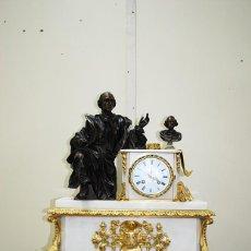 Relojes de carga manual: RELOJ ANTIGUO DE SOBREMESA, BRONCE Y MÁRMOL BLANCO. Lote 146398966