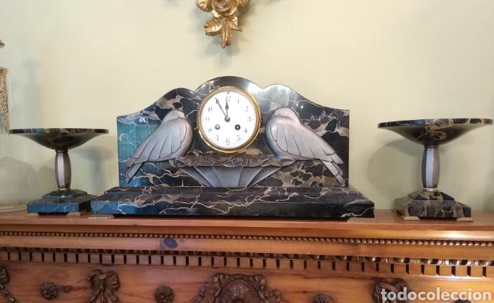 RELOJ ART DECÓ CON GUARNICIÓN DE GRANITO Y METAL (Relojes - Sobremesa Carga Manual)