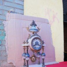 Relojes de carga manual: IMPRESIONANTE Y RARO RELOJ FRANCÉS CUATRO COLUMNAS SIGLO XIX MÁRMOL BLANCO Y BRONCE MUY DETALLADO. Lote 152591624