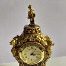 Relojes de carga manual: BONITO RELOJ EN MINIATURA. EN LA PARTE SUPERIOR FIGURA DE UN NIÑO. DORADO Y MARRON. Lote 151294150