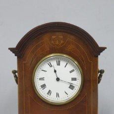 Relojes de carga manual: ANTIGUO RELOJ DE SOBREMESA DE MADERA Y MARQUETERIA. PPIOS. SIGLO XX. FUNCIONANDO. Lote 151394678