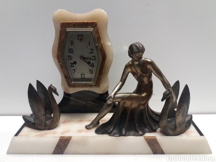 RELOJ CON FIGURA DE BRONCE ART DECO (Relojes - Sobremesa Carga Manual)