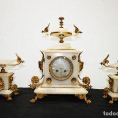 Relojes de carga manual: GUARNICIÓN ANTIGUA BRONCE SOBREDORADO Y MÁRMOL BLANCO, SIGLO XIX. Lote 153239026