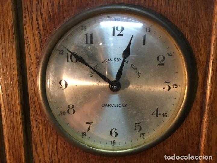 Relojes de carga manual: Reloj de Madera/Hucha - Banco Vitalicio de España - 1 Peseta por dia - FUNCIONA - Foto 5 - 153448230