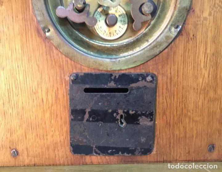 Relojes de carga manual: Reloj de Madera/Hucha - Banco Vitalicio de España - 1 Peseta por dia - FUNCIONA - Foto 8 - 153448230