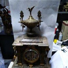 Relojes de carga manual: RELOJ DE SOBRE MESA EN BUEN ESTADO Y FUNCIONANDO CON ADORNOS DEBRONCEUEN ESTADO Y FUNCIONANDO. Lote 153477968