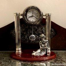 Relojes de carga manual: RELOJ SOBREMESA CON PÉNDULO - BAÑO DE PLATA - ORFEBRERÍA CUNILL.. Lote 155036122
