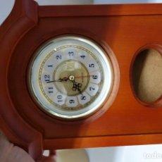 Relojes de carga manual: RELOJ DE SOBREMESA HECHO EN MADERA MECANISMO A PILAS. Lote 155986102