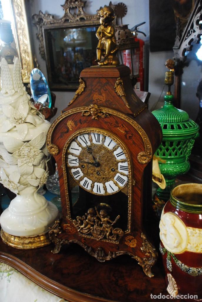 MUY BONITO RELOJ DE SOBREMESA DE CARGA MANUAL CON MARQUETERÍA Y BRONCE (Relojes - Sobremesa Carga Manual)