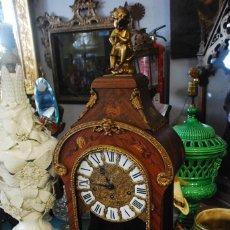 Relojes de carga manual: MUY BONITO RELOJ DE SOBREMESA DE CARGA MANUAL CON MARQUETERÍ Y BRONCE. Lote 156047210
