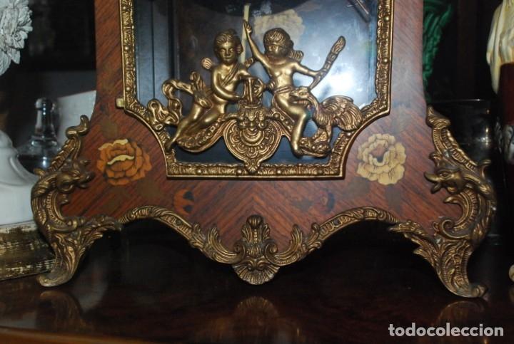 Relojes de carga manual: MUY BONITO RELOJ DE SOBREMESA DE CARGA MANUAL CON MARQUETERÍA Y BRONCE - Foto 15 - 156047210