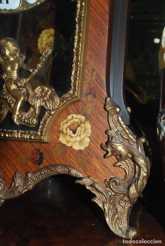 Relojes de carga manual: MUY BONITO RELOJ DE SOBREMESA DE CARGA MANUAL CON MARQUETERÍA Y BRONCE - Foto 16 - 156047210