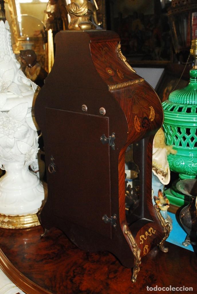 Relojes de carga manual: MUY BONITO RELOJ DE SOBREMESA DE CARGA MANUAL CON MARQUETERÍA Y BRONCE - Foto 25 - 156047210