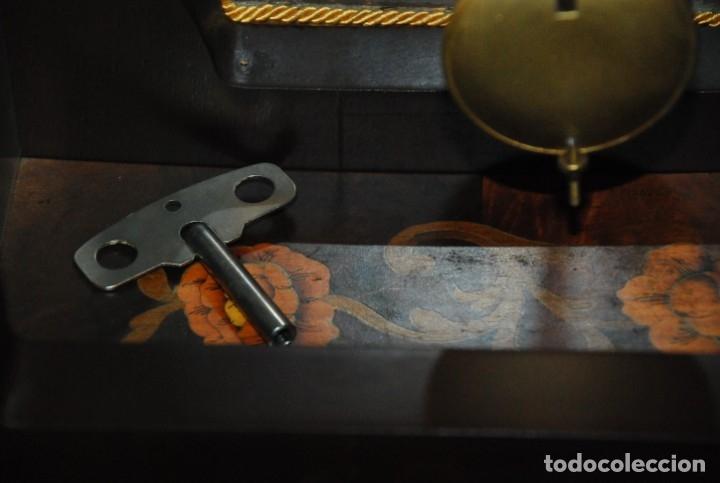 Relojes de carga manual: MUY BONITO RELOJ DE SOBREMESA DE CARGA MANUAL CON MARQUETERÍA Y BRONCE - Foto 28 - 156047210