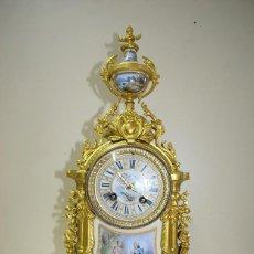 Relojes de carga manual: RELOJ ANTIGUO DE SOBREMESA EN BRONCE DORADO Y PORCELANA. Lote 156184002