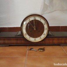 Relojes de carga manual: RELOJ MECÁNICO ANTIGUO ALEMÁN CHIMENEA MESA SOBREMESA FUNCIONA DA CAMPANADAS FABRICADO AÑOS 1930/40. Lote 156308970