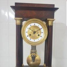 Relojes de carga manual: RELOJ PÓRTICO DE MADERA DE CAOBA MACIZA DETALLES BRONCE AL MERCURIO ORO FINO BUEN ESTADO FUNCIONA. Lote 156637650