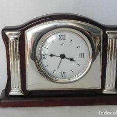 Relojes de carga manual: ** ELEGANTE RELOJ DE SOBREMESA EN MADERA DE NOGAL LACADA Y PLATA **. Lote 157200962