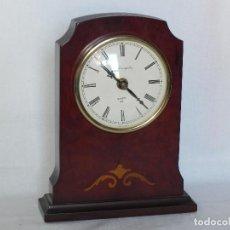Relojes de carga manual: ** ELEGANTE RELOJ DE SOBREMESA EN MADERA DE NOGAL LACADA Y MARQUETERIA **. Lote 157325862