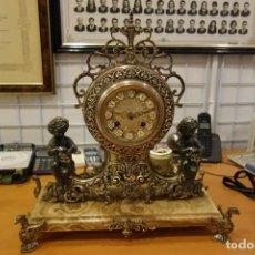 Relojes de carga manual: RELOJ DE SOBREMESA DE METAL PLATEADO CON PEANA DE MÁRMOL Y MAQUINARIA A CUERDA DEL SIGLO XIX. Lote 158429634