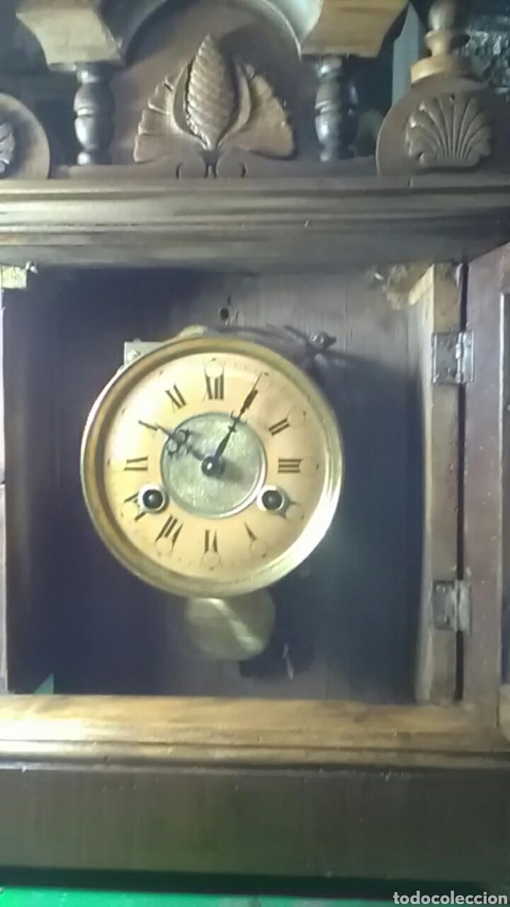 Relojes de carga manual: Reloj alfonsino del siglo XIX, tiene su pendulo y llave, de sobremesa, da horas y medias, nogal - Foto 2 - 160327705