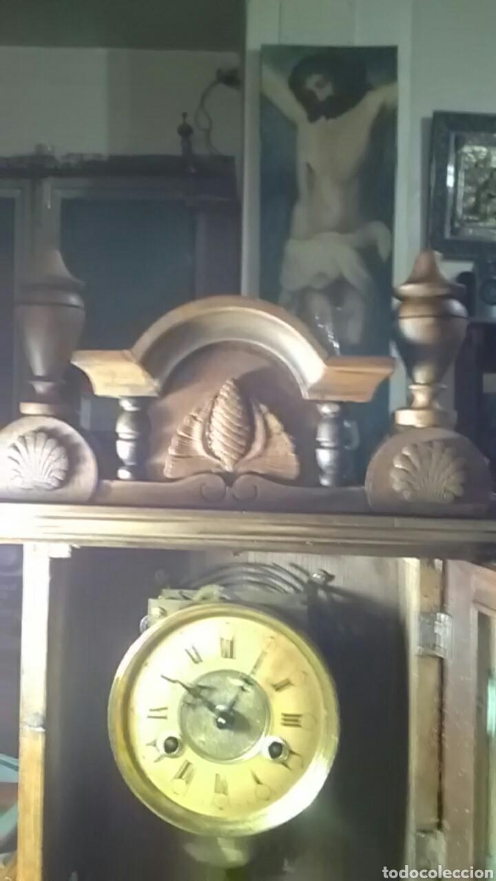 Relojes de carga manual: Reloj alfonsino del siglo XIX, tiene su pendulo y llave, de sobremesa, da horas y medias, nogal - Foto 3 - 160327705