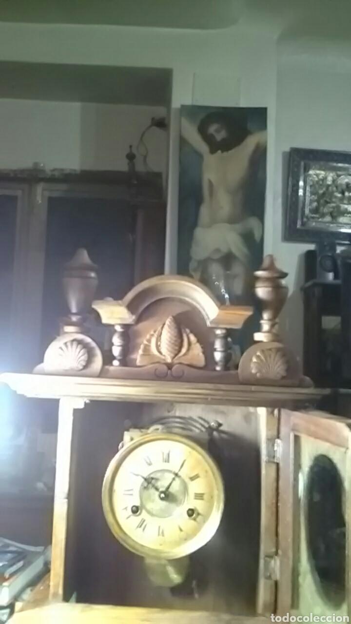 Relojes de carga manual: Reloj alfonsino del siglo XIX, tiene su pendulo y llave, de sobremesa, da horas y medias, nogal - Foto 4 - 160327705