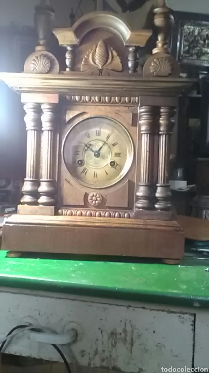 Relojes de carga manual: Reloj alfonsino del siglo XIX, tiene su pendulo y llave, de sobremesa, da horas y medias, nogal - Foto 5 - 160327705