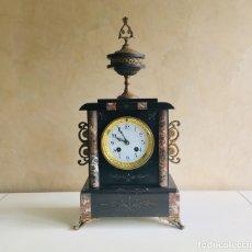 Relojes de carga manual: RELOJ DE SOBREMESA FRANCES DE MARMOL NEGRO Y ROJO VETEADO CON ADORNOS DORADOS DE LATON MANTEL CLOCK. Lote 163384758