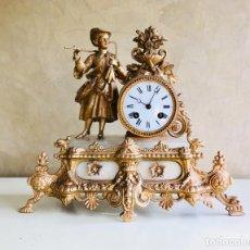 Relojes de carga manual: ANTIGUO RELOJ FRANCES DE SOBREMESA DE CALAMINA Y MARMOL CON FIGURA RELOJ CHIMENEA CON MÁQUINA PARIS. Lote 164005178