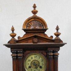 Relojes de carga manual: RELOJ ANTIGUO DE SOBREMESA EN MADERA CON CUERDA. Lote 175733910