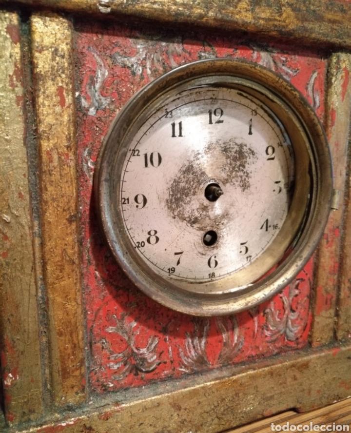 Relojes de carga manual: Antiguo reloj de mesa de madera policromada motivo flores. - Foto 2 - 166190542