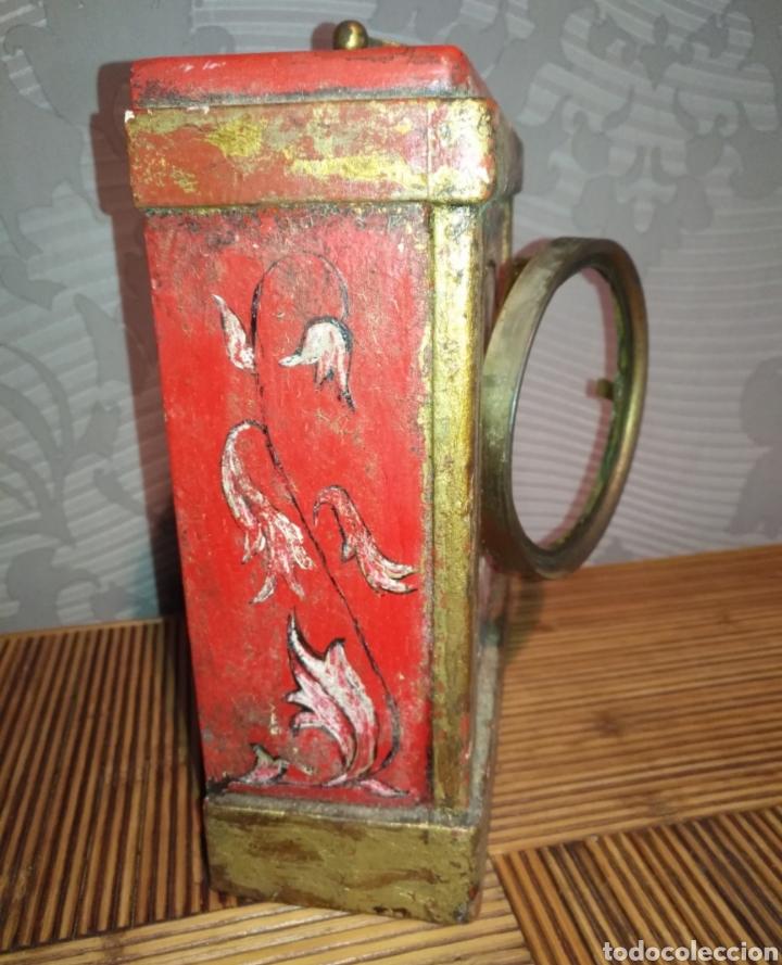 Relojes de carga manual: Antiguo reloj de mesa de madera policromada motivo flores. - Foto 3 - 166190542