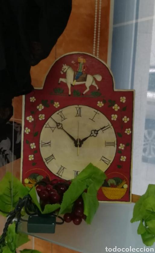 RELOJ MADERA ALEMAN PINTADO A MANO (Relojes - Sobremesa Carga Manual)