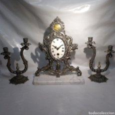 Relojes de carga manual: ANTIGUO RELOJ Y CANDELABROS EN BRONCE PLATEADO ENVEJECIDO Y MÁRMOL. FUNCIONANDO.. Lote 166633926