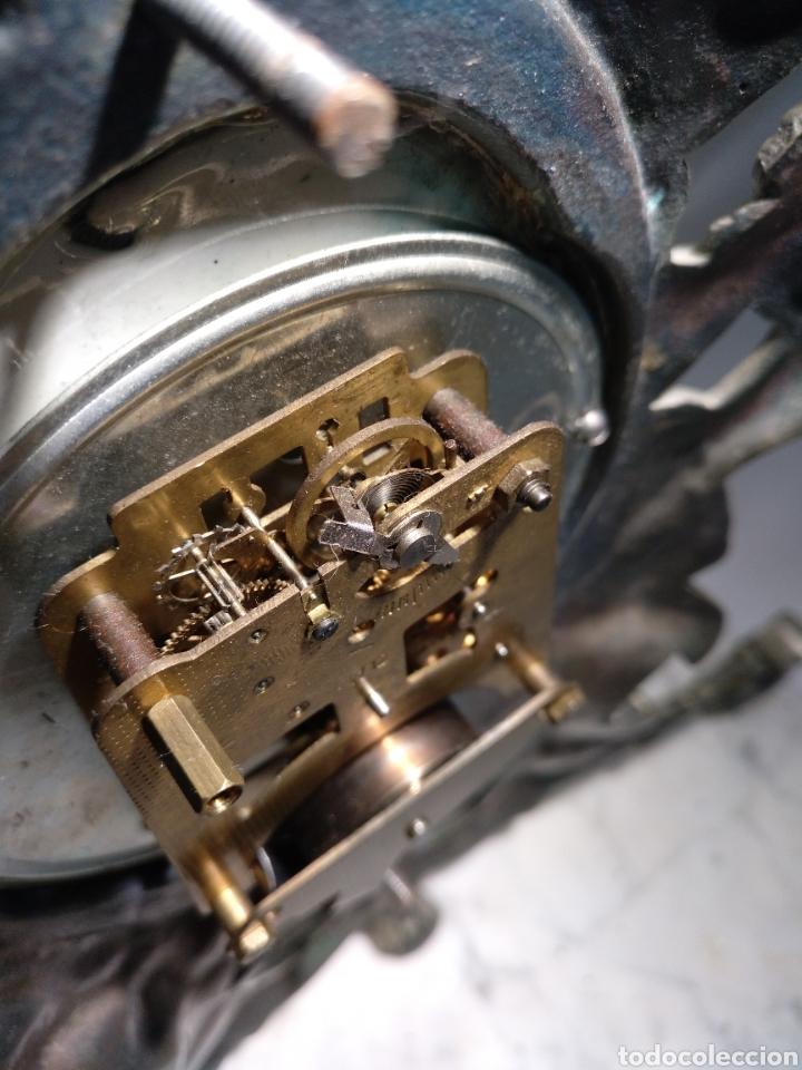 Relojes de carga manual: Antiguo reloj y candelabros en bronce plateado envejecido y mármol. Funcionando. - Foto 2 - 166633926