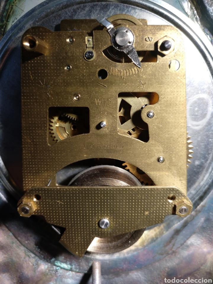 Relojes de carga manual: Antiguo reloj y candelabros en bronce plateado envejecido y mármol. Funcionando. - Foto 4 - 166633926