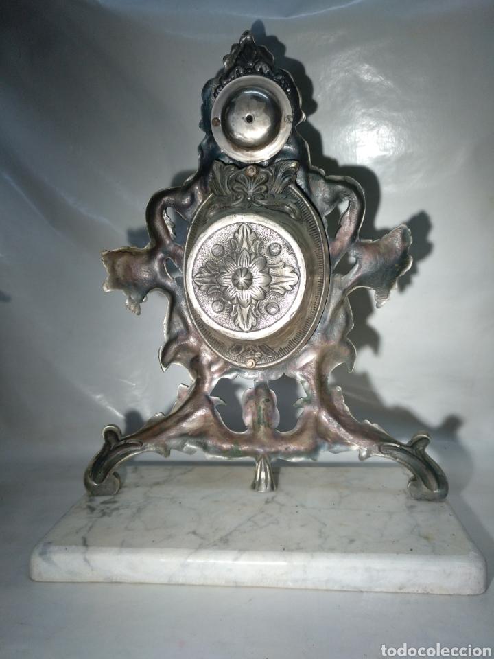 Relojes de carga manual: Antiguo reloj y candelabros en bronce plateado envejecido y mármol. Funcionando. - Foto 5 - 166633926