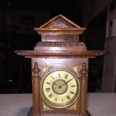 Relojes de carga manual: ANTIGUO RELOJ DE SOBREMESA DE ESTILO ALFONSINO EN MADERA CON PLACAS DE LATÓN DE LOS AÑOS 10-20 . Lote 169059604