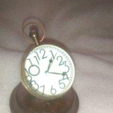 Relojes de carga manual: RELOJ BOLA EFECTO LUPA SOBRE PEANA DE MADERA. Lote 172082404