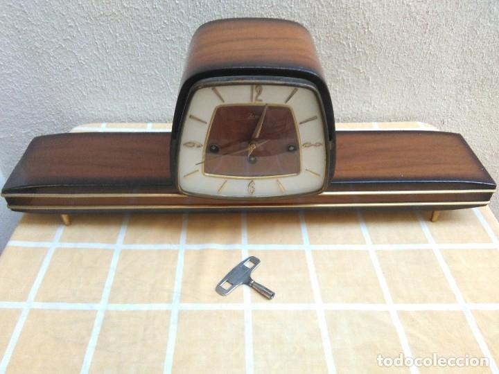 ANTIGUO RELOJ DE SOBREMESA JUNVA FUNCIONANDO DE CARGA MANUAL CON LLAVE.CON SONERIA (Relojes - Sobremesa Carga Manual)