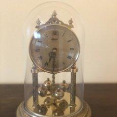 Relojes de carga manual: PRECIOSO RELOJ SOBREMESA HERMLE EN CÚPULA DE CRISTAL Y PÉNDULO TORSIÓN. Lote 174886107