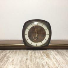 Relojes de carga manual: RELOJ SOBREMESA CHIMENEA MADERA Y LATON MADERA CON SONERIA Y FUNCIONANDO. Lote 175210178