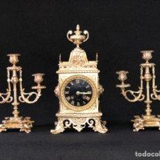 Relojes de carga manual: RELOJ ANTIGUO EN BRONCE CON CANDELABROS. Lote 175720898