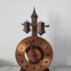 Relojes de carga manual: RELOJ MECÁNICO MODELO AÑO 1450 DE MESA EN MADERA ANTIGUO SUIZO FABRICADO AÑOS 1950/60 Y FUNCIONA. Lote 176588472