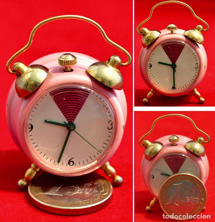 BONITO RELOJ DE CARGA MANUAL EN MINIATURA EN FORMA DE ANTIGUO DESPERTADOR FUNCIONANDO (Relojes - Sobremesa Carga Manual)