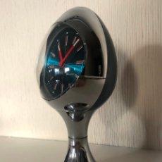 Relojes de carga manual: RELOJ ALEMAN ESTETICA ESPACIAL BLESSING OVALADO ESFERA AZUL Y CUERPO CROMADO PEDESTAL TULIP AÑOS 60. Lote 179944065